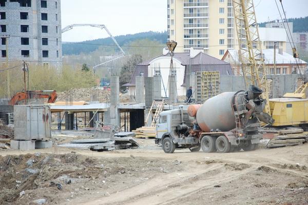 Рабочая площадка возле домов №7 и №9. Строительство этих жилых зданий идет неторопливо. За «КаМАЗом» с бетономешалкой виднеется основание седьмого дома.