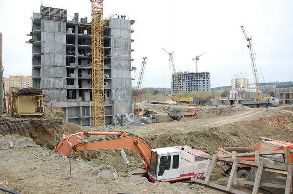 Дом №9. На переднем плане – рытье котлована под дом №7. Предполагается, что он будет самым большим из всех четырех зданий комплекса.