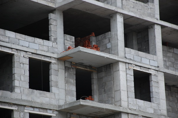 Кирпичи на стройплощадке восьмого дома никто толком не стережет, и их количество неуклонно уменьшается. Рабочие здесь появятся, видимо, еще не скоро.