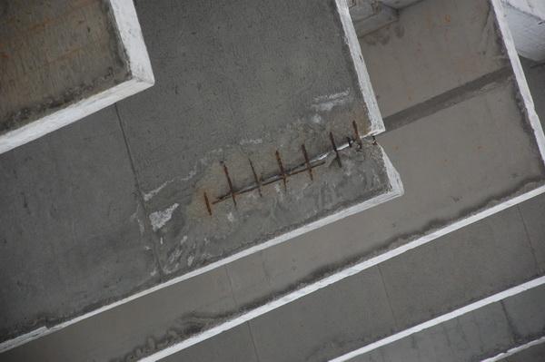Рощинская, 8. За время простоя стройки начали рассыпаться железобетонные плиты.