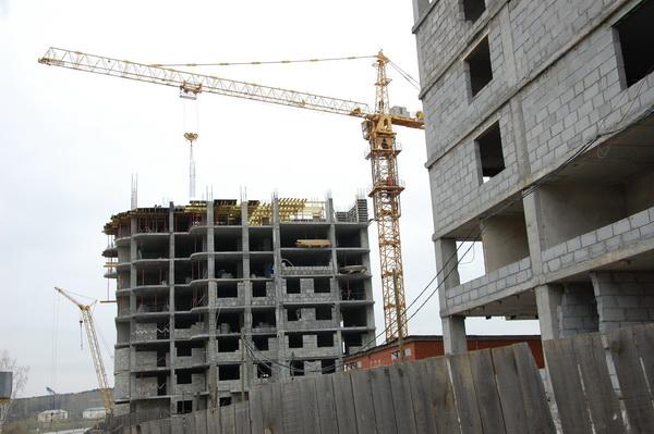 Дом №9 и угол восьмого. Специалисты не могут точно сказать, когда будет завершено строительство ЖК «Рощинский».
