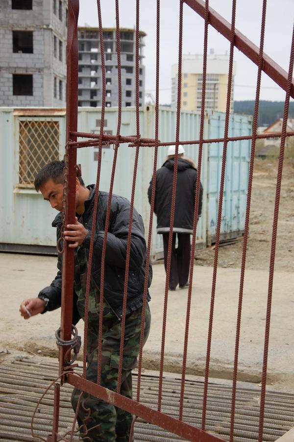 Корреспонденту агентства журналистских расследований «Федеральный репортер» и одному из дольщиков предложили покинуть территорию. Пришлось подчиниться.