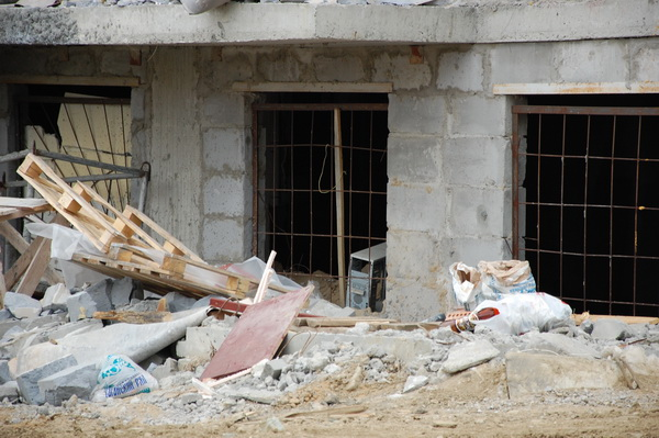С улицы в подвалах дома №5 видны не только мусор, но и разбитые компьютеры. По словам очевидцев, после того, как строительство домов «Новым градом» было прервано, из его офисов пропало несколько системных блоков, часть из была обнаружена без жестких дисков именно здесь.